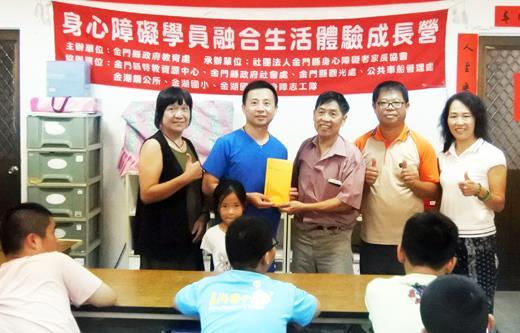 金門專業牙科醫師洪長享(左二),前往社團法人金門縣身心障礙者家長協會捐款支持。(陳麗妤攝)