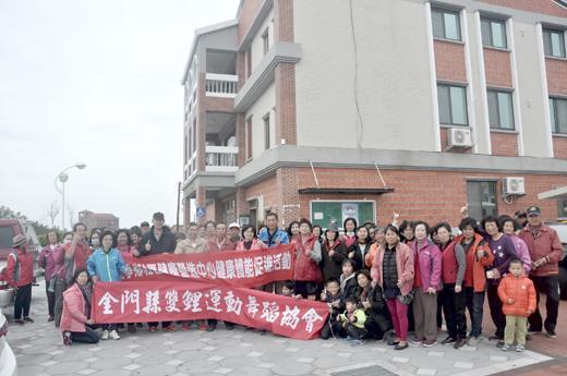 金寧鄉社區健康營造中心辦理「光輝十月、活力健走」活動,最後一場昨假古寧村展開並進行摸彩活動後落幕。