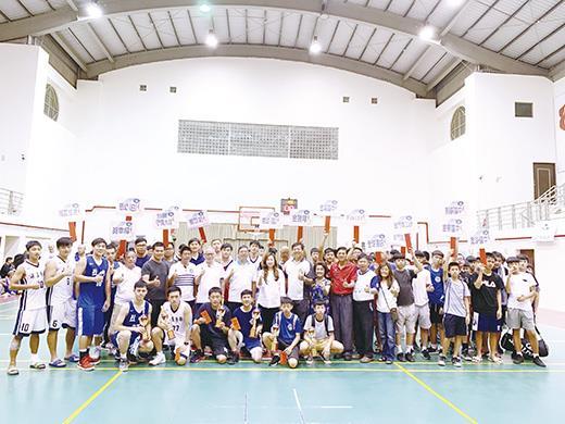 烈嶼盃軍民籃球賽由鄉長洪若珊及與會貴賓頒發獎金及獎盃給予獲獎隊伍。(烈嶼鄉公所提供)