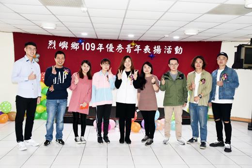 烈嶼鄉109年優秀青年表揚活動,共有八位事蹟足堪表率的青年受獎,鄉長洪若珊(右五)與受獎青年合影。(詹宗翰攝)