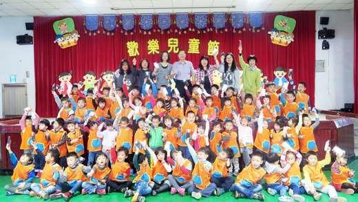 三花棉業公益教育基金會贈童襪予古城學童。(古城國小提供)