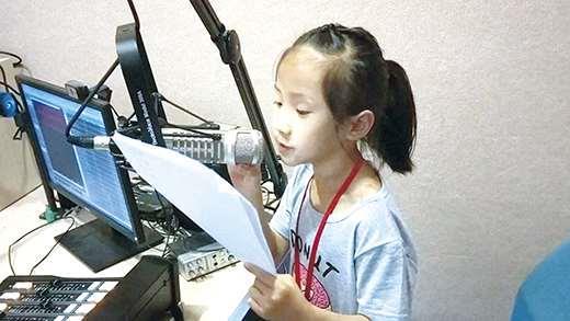 銘傳深耕基層教育,首推國小低年級電台營,學童參與踴躍,經過課程訓練後實際錄製廣播作品,收穫豐碩。(銘傳金門分部提供)