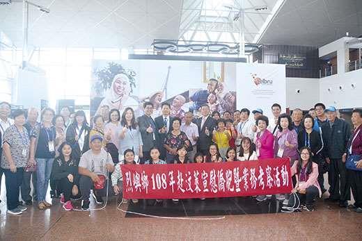 烈嶼宣慰團於昨日近中午抵達汶萊機場,汶萊烈嶼親友團熱情到機場接機,親友相見歡。(許加泰攝)