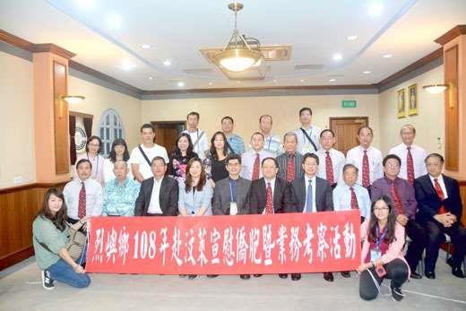 金門縣政府、烈嶼鄉公所訪問團,續拜訪汶萊中華總商會,並合影留念。(許加泰攝)