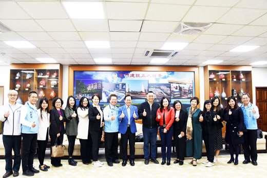 馬來西亞拿督陳榮洲昨偕10位友人抵金參訪,在金門縣政府訪問團一行受到大陣仗歡迎。(翁維智攝)