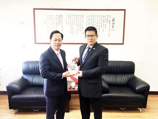 陳建民對於拿督陳榮洲非常感激,也簽署產學合作(實習)的合作意向書。 (金門大學提供)