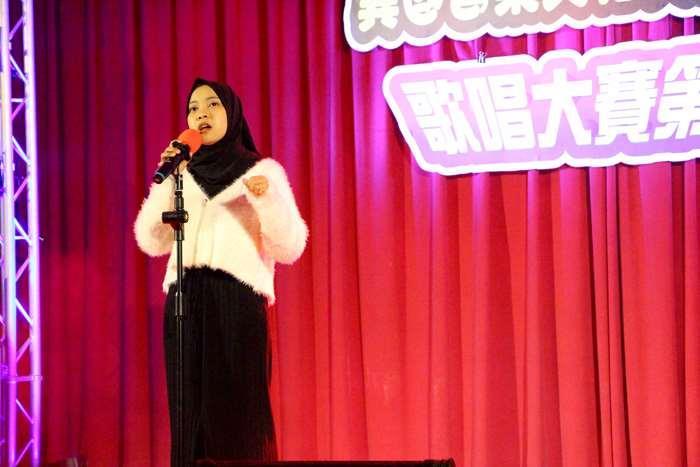 金門大學舉辦境外生歌唱大賽:來自印尼瑪琅(Malang)的資訊科技與應用碩士班二年級學生王書妃,連續兩年獲得第一名,衛冕成功。(許加泰攝)