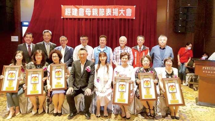 中華民國經濟建設研究會昨日舉辦模範母親表揚活動。(陳冠霖攝)