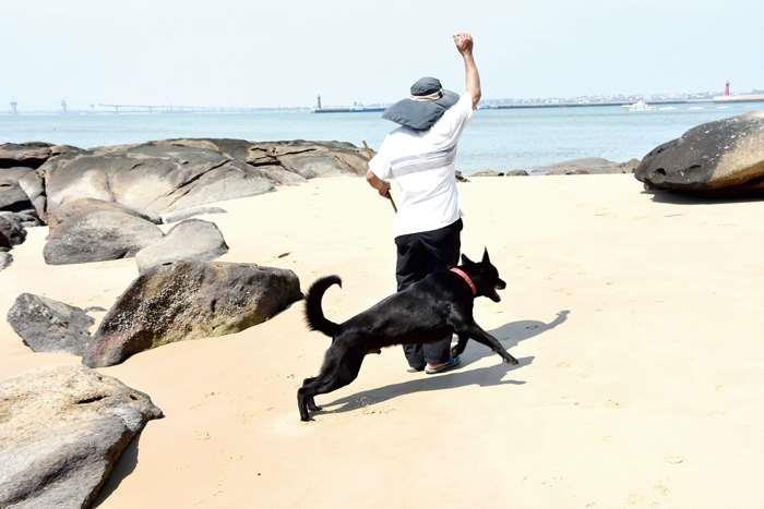 葉福和帶著愛犬「多多」到海灘,發現疑似「龍涎香」的神秘石頭,重1.5公斤,鐵線烤熱後插入石頭會冒煙並有陣陣香氣。(莊煥寧攝)