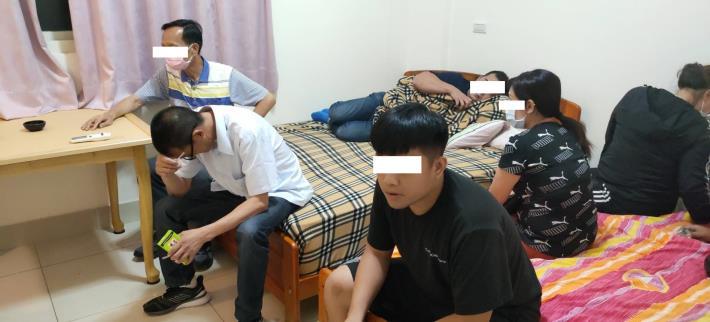 1100625警方現場查獲男女賭客共15名-2