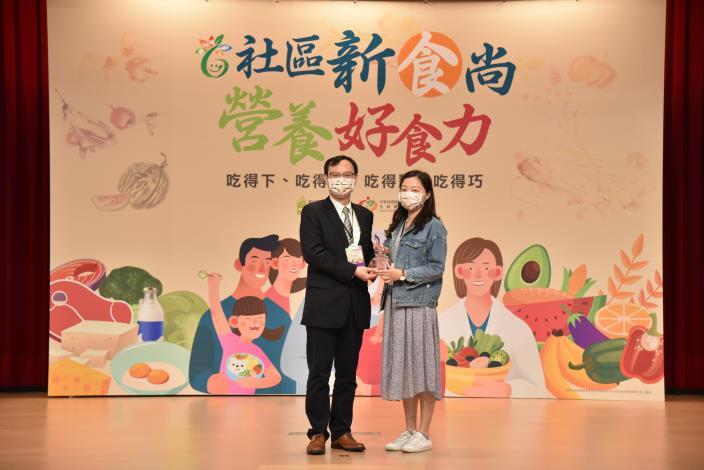 衛生福利部次長石崇良頒發 衛生局營養師代表受獎.JPG