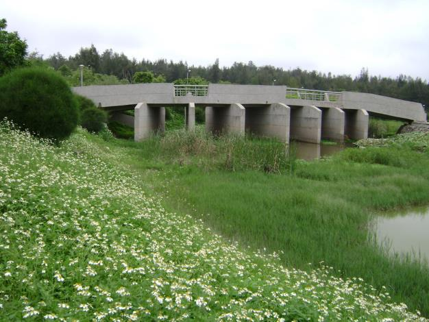 以橋為主題及隨處可見的野花為輔,象徵著通往純僕自然的世界。