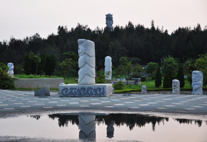 獅爺倒影,午後陣雨,雨水聚積反射的獅爺倒影,增加公園即景之趣。