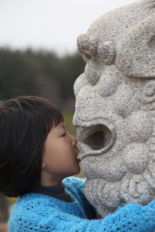 名次:第1名 作品名稱:風獅爺,我跟你說喔!……〈小小孩與風獅爺的悄悄話〉 許素娥 攝