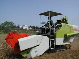 農試所-小麥聯合收穫機照片