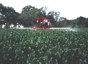 農試所-噴藥機作業情形