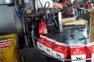 紙盒裝鮮乳包裝過程共兩張