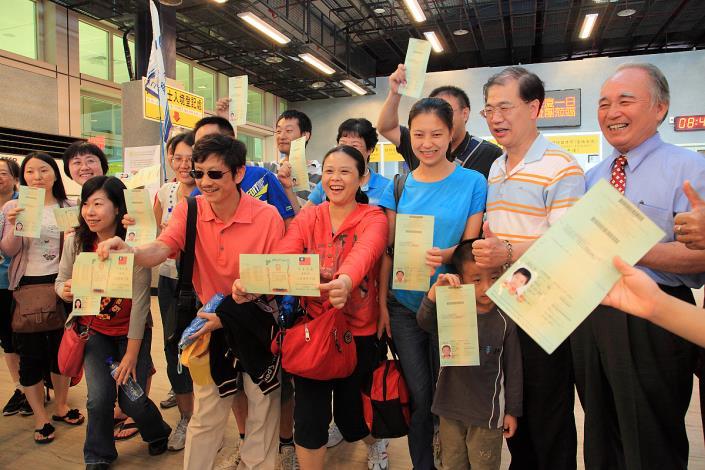 蒞金貴賓開心展示入出境許可證。
