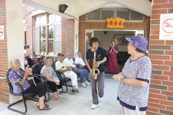 老人們一起與樂器同樂