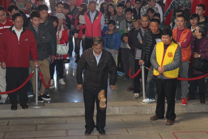 103年烈嶼保生大帝廟新春擲聖筊送轎車活動