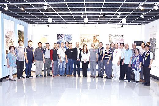 美術家聯展移烈嶼文化館展出,鄉長洪若珊和文化局長暨美術家及鄉代會代表共同觀展