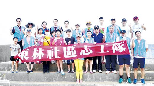 東林社區發展協會利用假日辦理淨灘活動,社區大小志工參與。