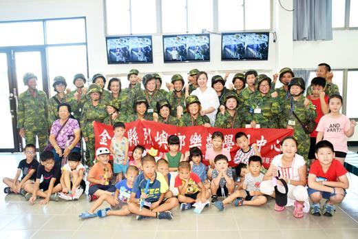 慶祝祖父母節,烈嶼鄉公所昨日舉辦「祖孫聯歡戰役體驗」活動,鄉長洪若珊歡迎鄉親帶著孫子參加活動。(許加泰攝)