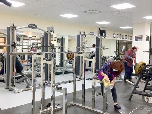 金門縣立體育場因應新冠肺炎疫情,加強所屬各場館的消毒作業。(體育場提供)