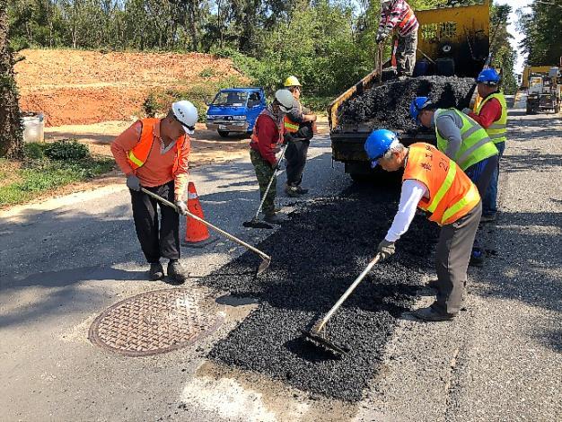養工所春節服務不打烊,道路養護及路燈維護工班在春節期間將持續待命。