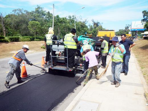 養工所人員平時致力鋪路作業。