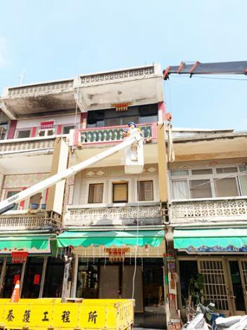 在颱風來臨之前,養工所未雨綢繆先期進行路燈搶修、水溝清淤、危險招牌拆除等演練,冀使災害降至最低。