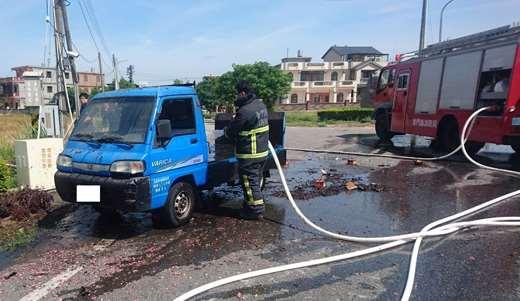 圖內貨車、消防員以及消防車